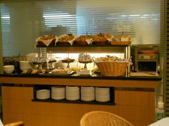 Hotel Becquer: Buffet de café da manhã