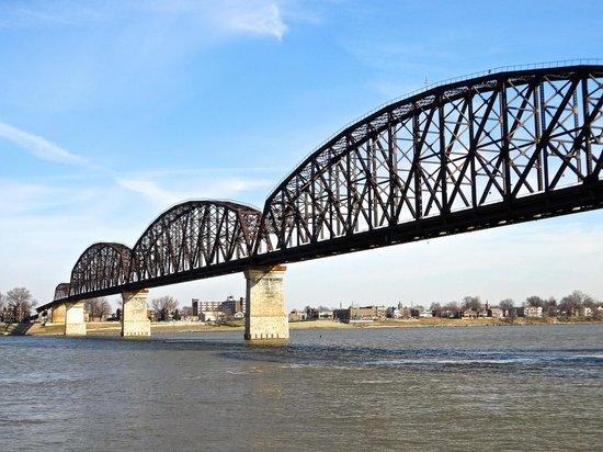 Louisville Waterfront Park : The Big Four Railroad Bridge