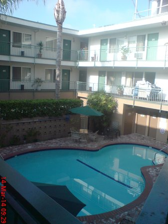 Dunes Inn - Wilshire: Rooms on pool side