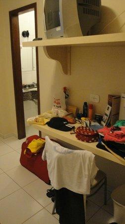 Tarobá Hotel: Prateleiras uteis para se esparramar no quarto.
