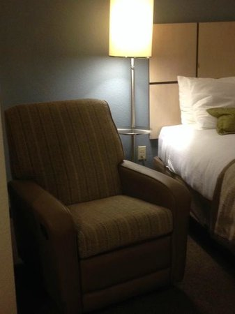 Candlewood Suites Miami Airport West: Bed and chair