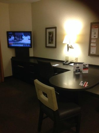 Candlewood Suites Miami Airport West: TV and desk