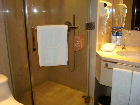 Pullman Guangzhou Baiyun Airport : Tinny bathroom