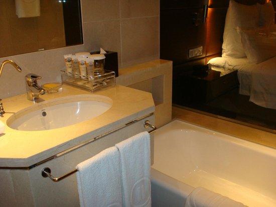 Pullman Guangzhou Baiyun Airport : small bathroom counter