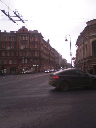 Kamennoostrovskiy Prospekt: Если же направо то можно дойти или пешком до Чёрной речки через Лопухинский сад. Или свернуть и