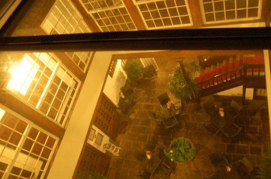 Isla Baja Suites: looking down at the breakfast courtyard