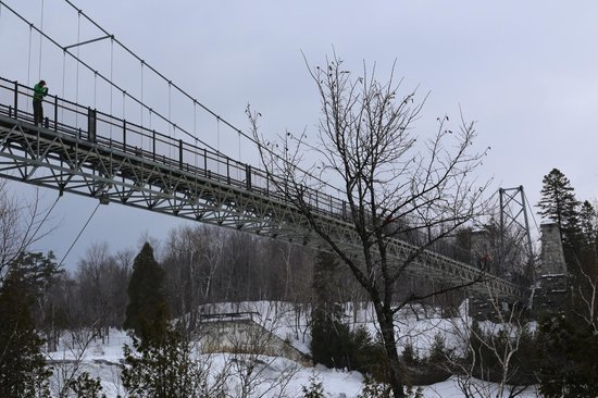 Montmorency Falls Park: The bridge over the falls