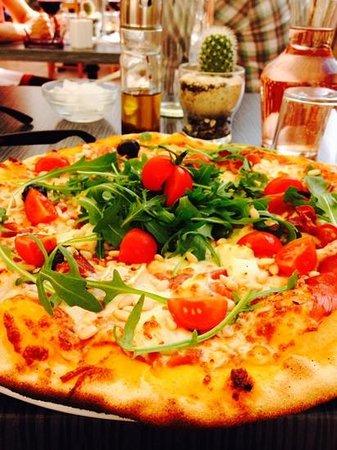 Une des délicieuses pizzas de chez le Napoli à Meyrargues