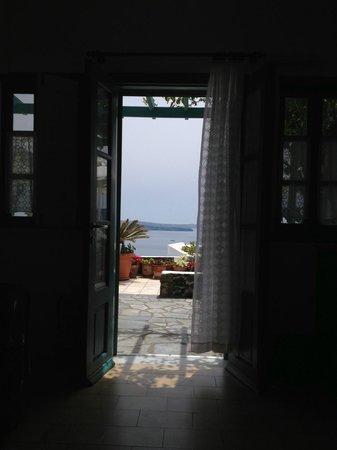 Strogili Traditional Houses : vista de dentro do quarto