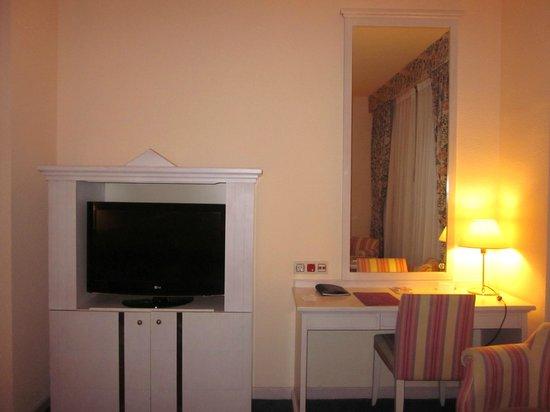 Ayre Hotel Sevilla: Tv y escritorio