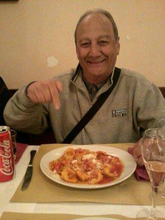 Ornelli Ristorante Caffe: Meu pai saboreando seu ravioli de ricota com espinafre
