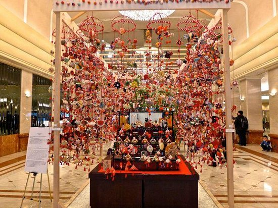 Keio Plaza Hotel Tokyo: Hotel lobby with Japanese doll exhibition