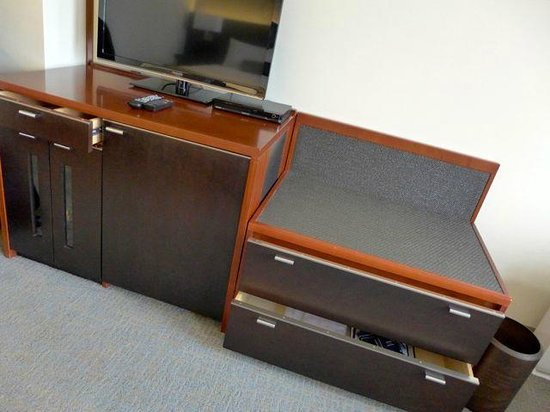 Keio Plaza Hotel Tokyo: Luggage table and cupboard with fridge