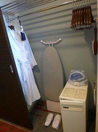 Keio Plaza Hotel Tokyo: Inside the room ward robe