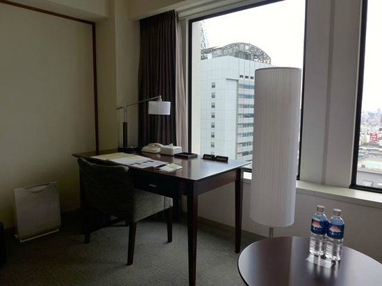 Keio Plaza Hotel Tokyo: Spacious desk