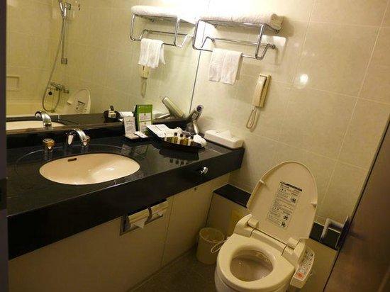 Keio Plaza Hotel Tokyo: The bath room vanity