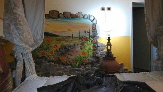 Agriturismo Campofiorito : pitture sui muri nelle camere