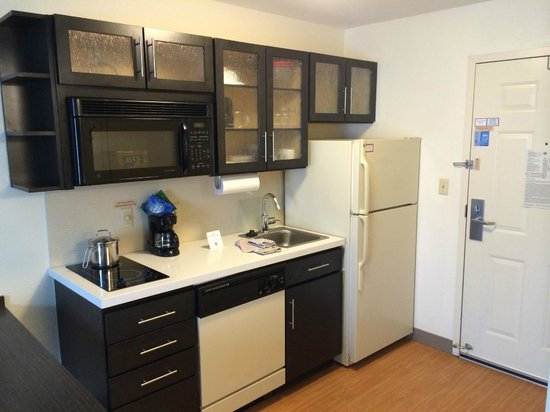 Candlewood Suites - Detroit/Ann Arbor: Studio - Kitchen Area