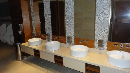 Aloft Abu Dhabi: Immaculate poolside washrooms