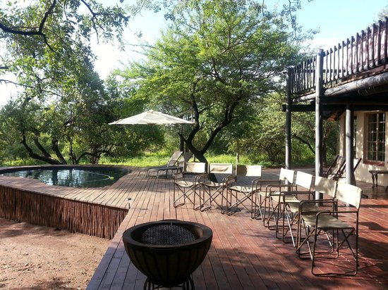 Mvuradona Safari Lodge: Pool area with a big terrace
