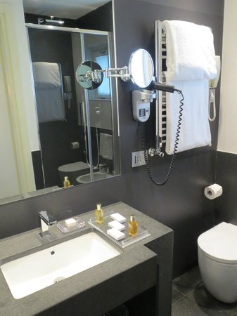 Hotel Mancino 12: Suite bathroom