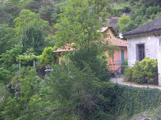 Ristorante Grotto Sant'Anna: La Pergola in lontananza