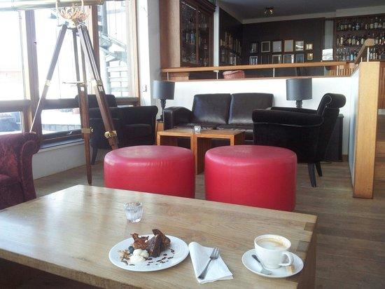Hotel Budir: Kaffee und Kuchen in der Bar mit PlüschSofa und fantastischem Ausblick