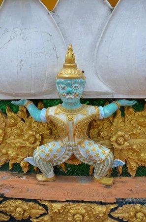 Tiger Cave Temple (Wat Tham Suea) : Вот такие фигуры украшают постамент Будды