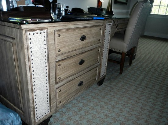 Grand Bohemian Hotel Asheville, Autograph Collection: dresser in room