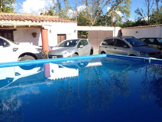 Hostal El Hospedaje: La piscine et le parking