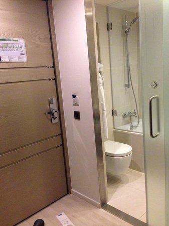 H10 London Waterloo: Eingang Badezimmer mit Badewanne