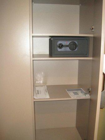 Barceló Fès Medina : Limited closet space and hangers
