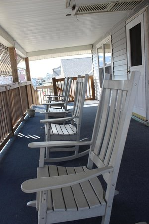 Beach Walk Hotel: front porch rocking chairs