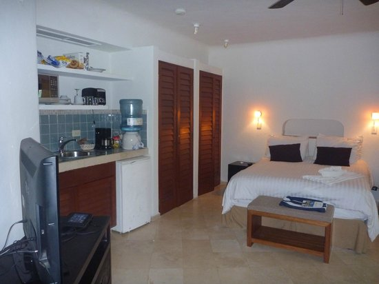 Playa Palms Beach Hotel: bed & kitchenette area