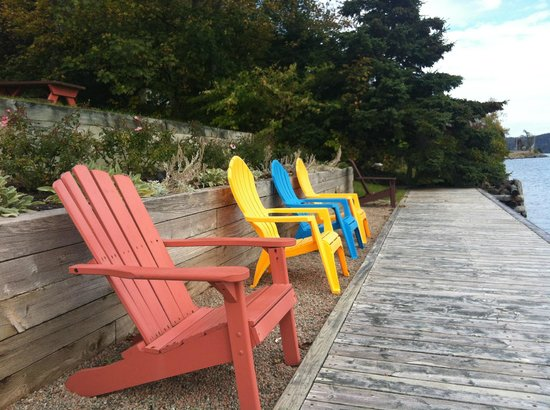 The Dunlop Inn: Colorful chairs on the back deck
