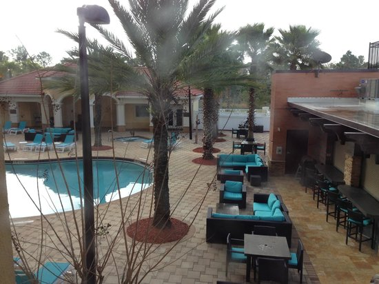 The Point Hotel & Suites: vista a la piscina