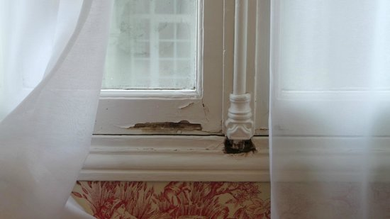 Hôtel Barrière Le Normandy Deauville : Isolation fenêtre douteuse suite familiale