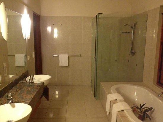 Ruffles Lodge & Spa: Bathroom in Garden Villa