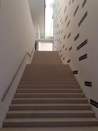Toyota Municipal Museum of Art: 階段も一つのアートになっている