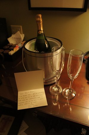 Alderbrook Resort & Spa : Complimentary champagne with handwritten note from staff