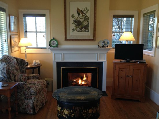 The Inn on Orcas Island: Waterside Cottage Fireplace/Sitting Area
