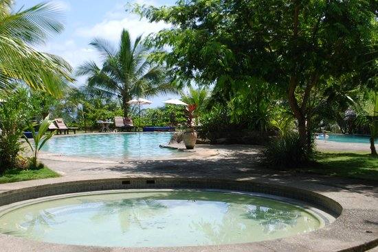 Popa Paradise Beach Resort : resort pool and pool bar