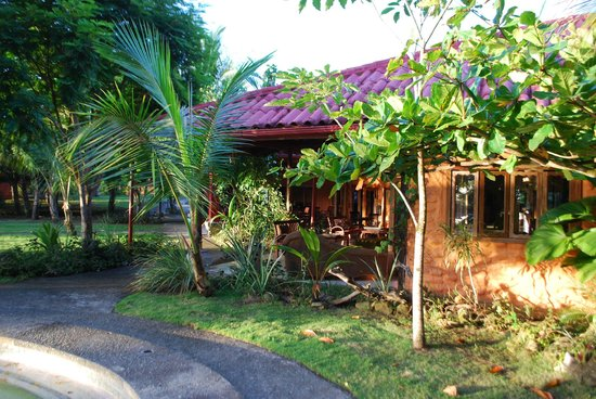 Popa Paradise Beach Resort: Hotel's ground
