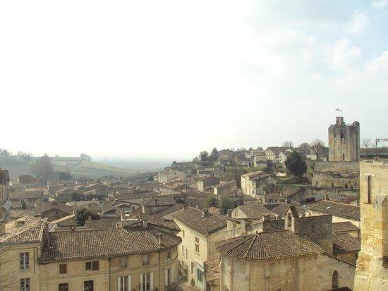 L'Envers du Decor : Vista del casco histórico de St. Emilion desde el mirador situado enfrente del restaurante.