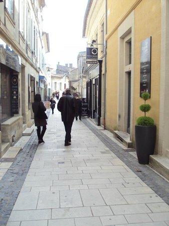 L'Envers du Decor : Calle en la que está el restaurante; con varias tiendas de vinos