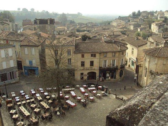 L'Envers du Decor: La plaza principal de St. Emilion desde el mirador de enfrente del restaurante.
