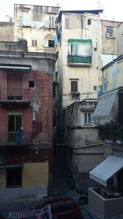 Palazzo Magnocavallo B&B : Il vicolo, dalla finestra: this is Napoli!