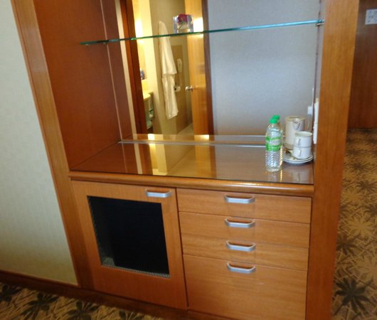 Concorde Hotel Kuala Lumpur : Cabinet with facilities and storage