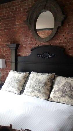 The French Quarters Guest Apartments: Cama king size muito confortável, quartos grandes