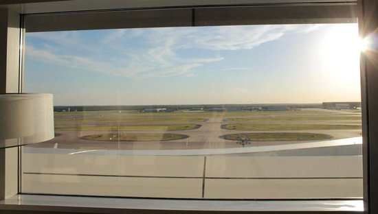 Grand Hyatt DFW : View of the runway from our room